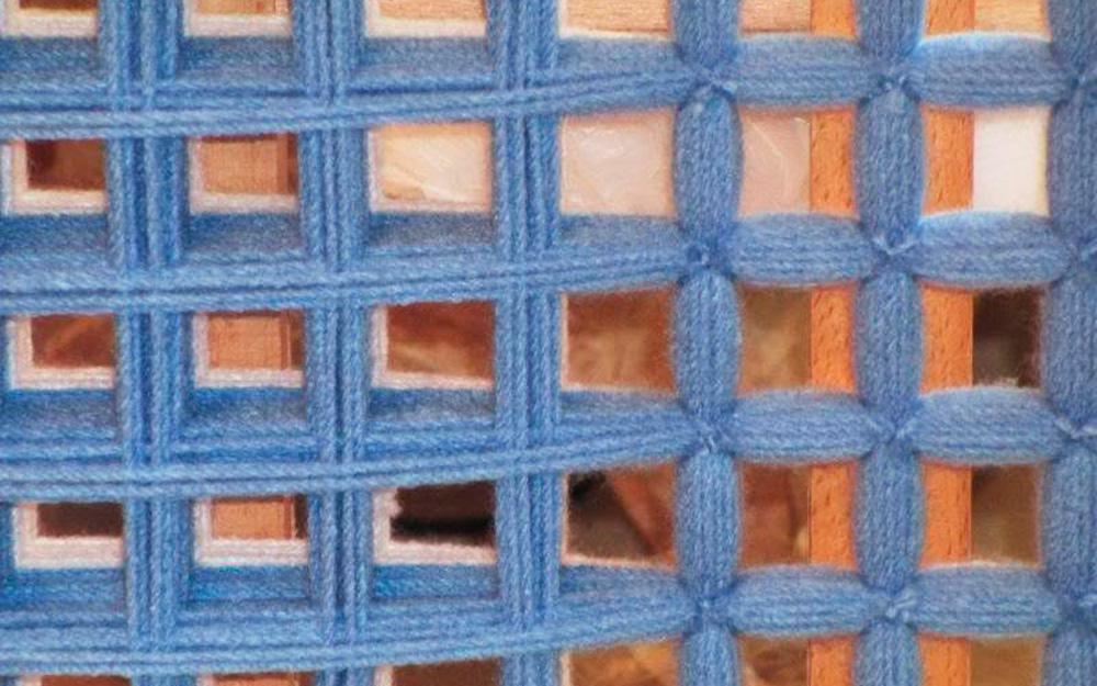 Перевязка пересечений нитей пледа из помпонов