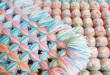 Плед с помпонами из разноцветных нитей