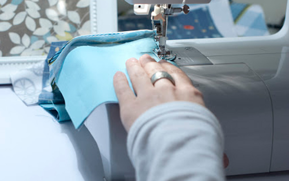 Процесс сшивания лоскутков ткани